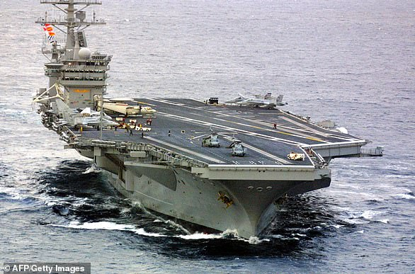 Underwood volait à bord d'un F / A-18F Super Hornet dans le cadre du groupe de transporteur USS Nimitz (ci-dessus) lorsqu'il a rencontré un `` phénomène aérien non identifié ''.