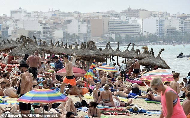 Les ministres de neuf pays, dont la France, l'Italie, la Grèce et l'Espagne, ont écrit aux chefs de l'Union européenne hier pour avertir que l'industrie risquait de s'effondrer si des mesures spéciales n'étaient pas mises en œuvre prochainement. Sur la photo: une plage de Palma, Majorque