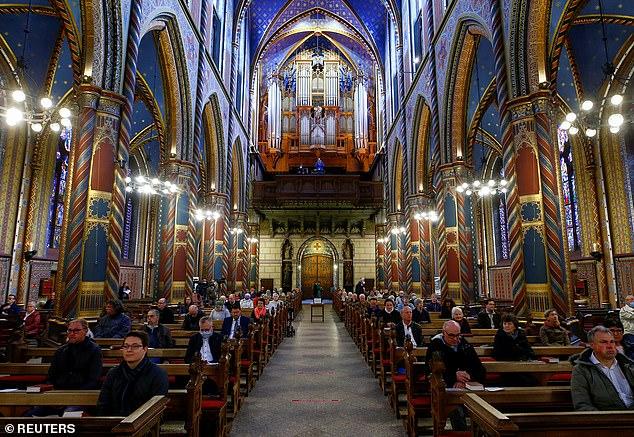 Les services religieux, comme celui de cette église à Kevelaer, en Allemagne hier, ont été autorisés à reprendre