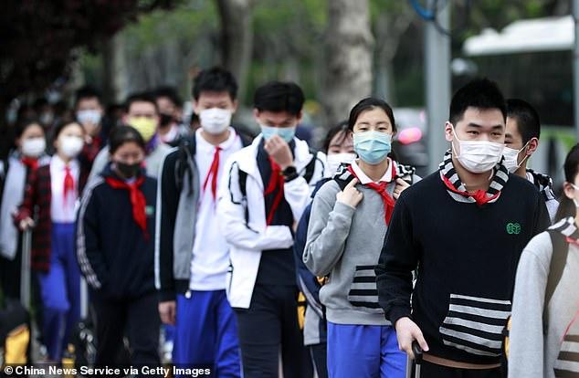 Des dizaines de milliers d'étudiants diplômés en Chine sont retournés sur le campus après avoir passé trois mois à la maison en raison d'un coronavirus. Sur la photo, des étudiants portant des masques font la queue pour faire vérifier leur température à l'entrée d'un collège de Shanghai le 27 avril