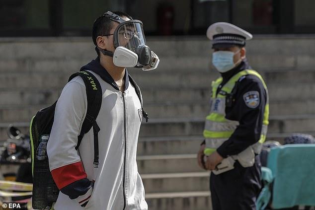 La nouvelle est venue alors que des dizaines de millions d'étudiants sont retournés sur le campus en Chine après avoir passé trois mois chez eux après la fermeture du coronavirus. Sur la photo, un étudiant portant un masque facial quitte un lycée à Pékin le 27 avril