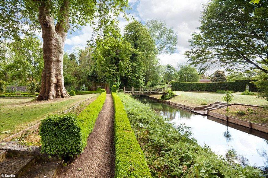 La casa Linton tiene un anexo de una habitación y logra combinar hermosos jardines con el río Granta que atraviesa los terrenos. La mansión Queen Anne Grado II tiene 7.500 pies cuadrados de alojamiento