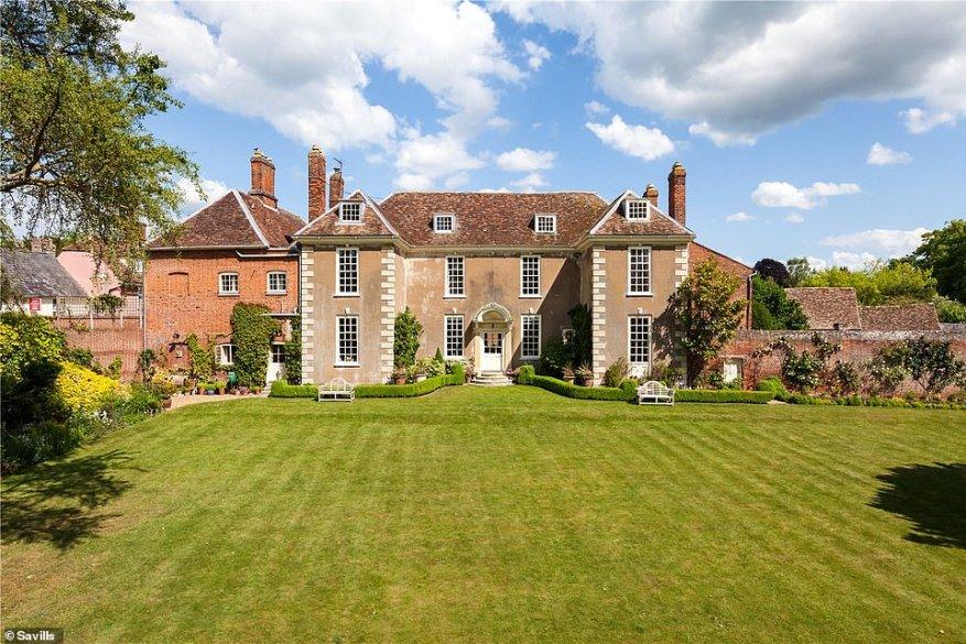 Esta casa de siete camas en Linton, Cambridgeshire, se encuentra en jardines de más de un acre y está a la venta en £ 2,295,000, a través de Savills. El pueblo está en la frontera de Cambridgeshire y Essex, y está a poca distancia del empleo en Cambridge y en la muy querida ciudad de Saffron Walden.