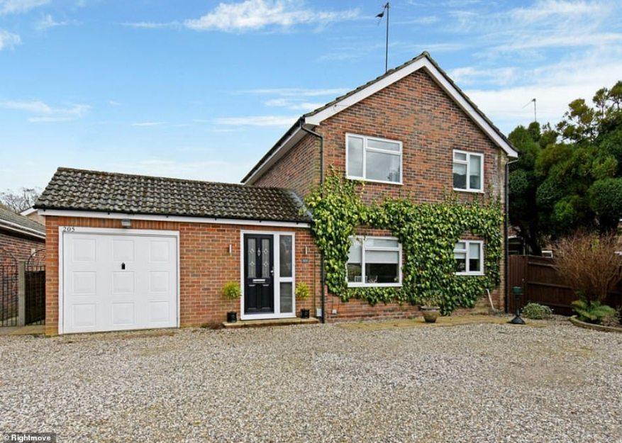 Esta propiedad de cuatro dormitorios a la venta en Rightmove tiene un precio de £ 1,000,000 y viene con un área de cocina y comedor de planta abierta.