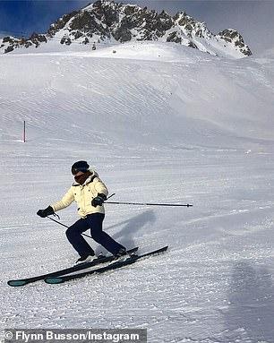 ¡Cinco estrellas! Desde esquiar en Suiza (en la foto) hasta jugar al polo en Argentina y conducir por el valle de Coachella, a Flynn le gusta divertirse cuando no está estudiando