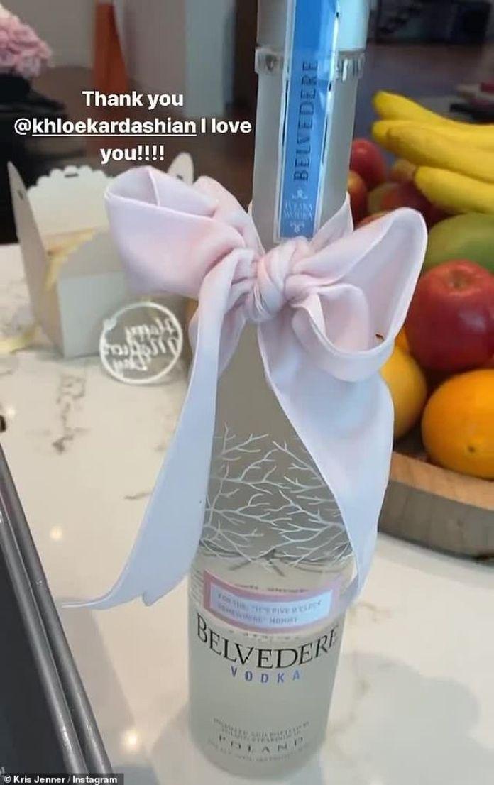 """Hora de la fiesta: """"Bien chicos, estoy abriendo el regalo del Día de la Madre de Khloé y hemos tenido un buen comienzo"""", bromeó Kris mientras filmaba la botella de vodka Belvedere de alta gama."""