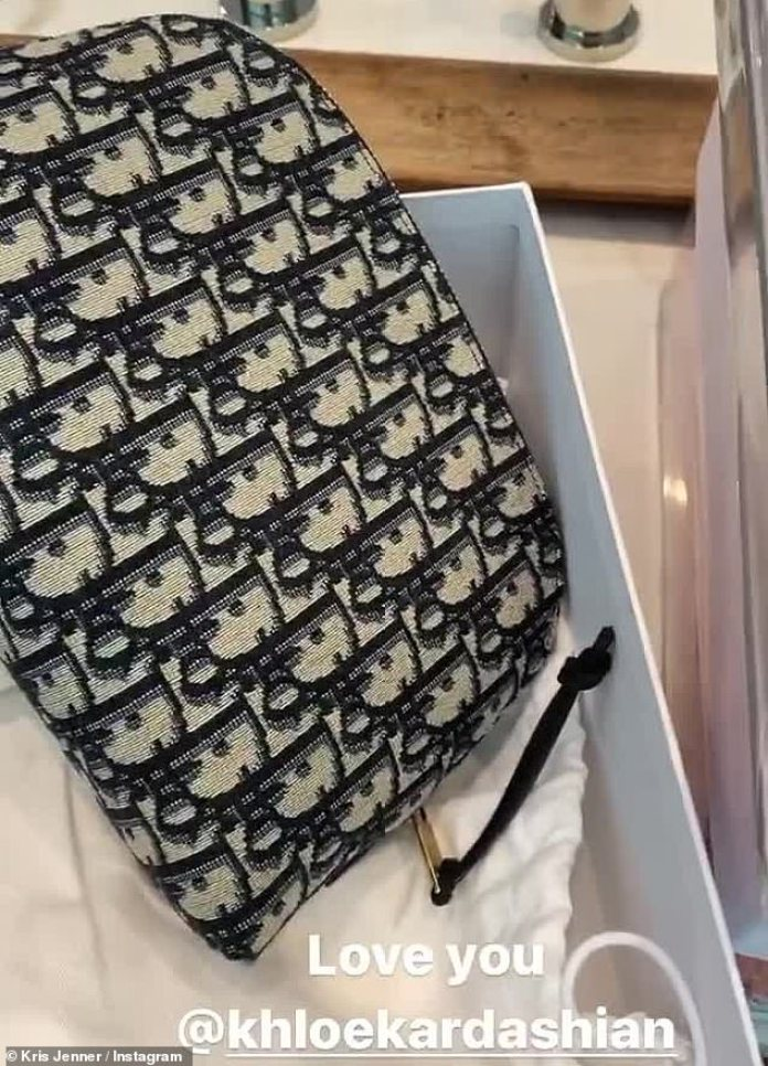 Swanky: Su regalo final para Kris fue un paquete separado, un bolso Dior de tela color crema con el logotipo impreso en negro.