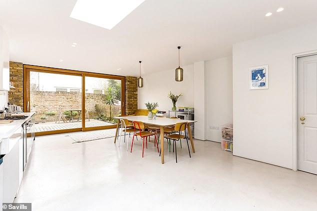 A cozinha espaçosa tem vista para o espaço ao ar livre na parte traseira da propriedade