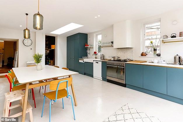 A cozinha possui unidades coloridas e várias janelas, tornando-a brilhante e inundada de luz