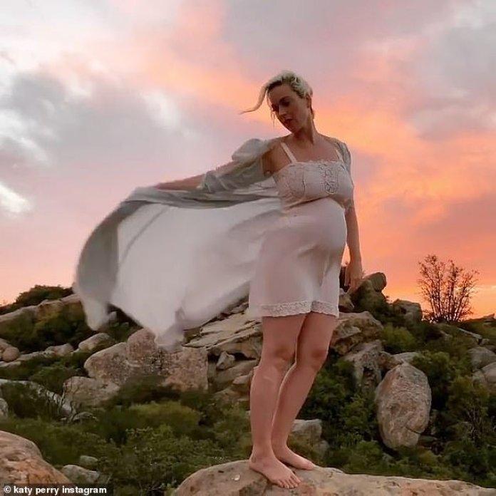 Experiencia: la embarazada Katy Perry admitió en el Graham Norton Show del viernes que ha estado 'aprendiendo a ser una mamá rápida' mientras estaba encerrada con su prometido Orlando Bloom y su hijo Flynn