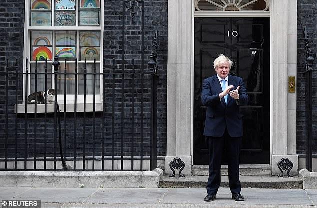 Im Bild: Der britische Premierminister Boris Johnson applaudiert vor der Downing Street 10 während der Clap for Carers-Kampagne zur Unterstützung des NHS