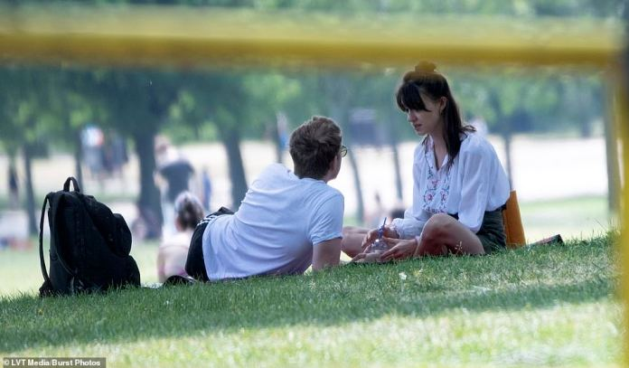Like a movie scene: the couple were immersed in conversation while they were hanging out in the park in the afternoon