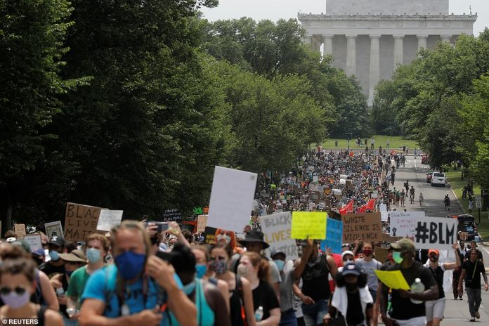 WASHINGTON, D.C .: Protesters march from Lincoln Memorial on Saturday during peaceful protest