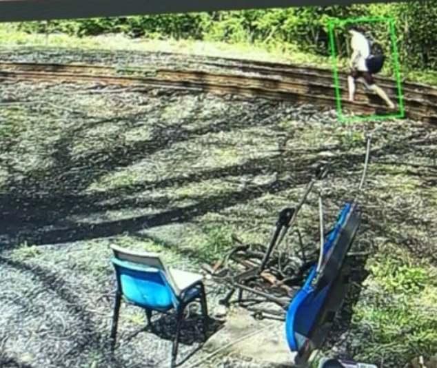 Les enquêteurs disent qu'ils ont suivi Manfredonia en Pennsylvanie où la police a déclaré qu'il avait emmené un Uber dans un Walmart à East Stroudsburg, non loin de la frontière du New Jersey. Il a été repéré sur des caméras de surveillance marchant le long du chemin de fer portant un sac de sport noir