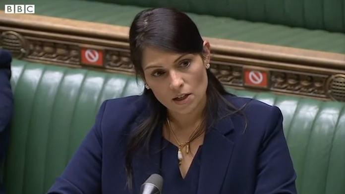 Patel spricht während einer Rede im Unterhaus über ihre Erfahrungen mit Rassismus. Sie besuchte eine ethnisch gemischte Gesamtschule für Mädchen, in der sie Schulsprecherin wurde, bevor sie als erste in ihrer Familie die Universität abschloss