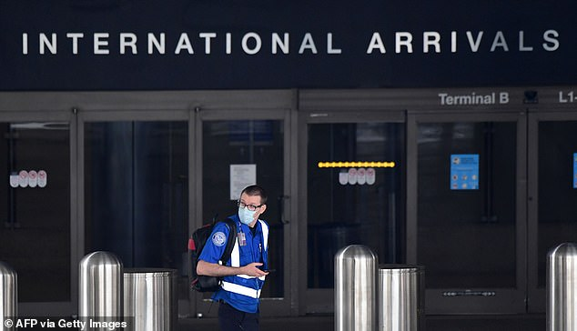 Ein TSA-Agent, der eine Gesichtsmaske auf einem verlassenen internationalen Flughafen von Los Angeles inmitten der Coronavirus-Pandemie trägt. Der führende US-Gesundheitsbeamte Dr. Anthony Fauci sagte, britischen Urlaubern könnte verboten werden, für die kommenden Monate oder bis ein Impfstoff gefunden wird, nach Amerika zu reisen