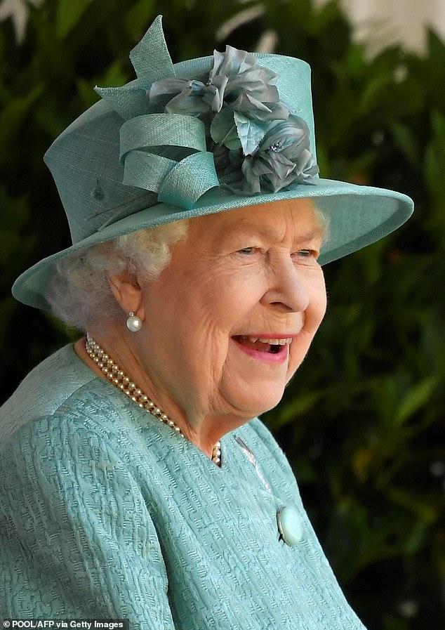 La reine a célébré son anniversaire le 21 avril mais a célébré son anniversaire officiel samedi.  Sur la photo, la reine assiste à une petite cérémonie marquant l'occasion au château de Windsor