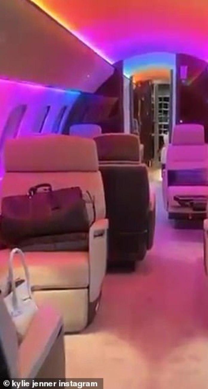 Chorro multicolor: según los informes, Kylie personalizó el interior del avión 'en el tema del cumpleaños de la hija Stormi'