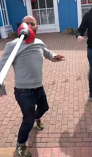 Achtung: Die rote Stange hatte am Ende sogar einen roten Boxhandschuh, den Paddy seinem Co-Moderator Chris freudig demonstrierte