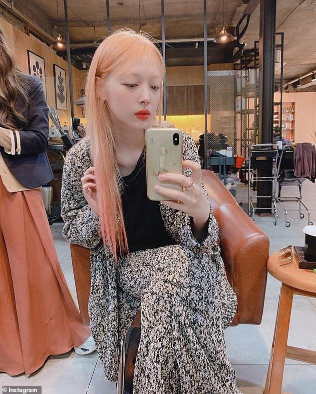 Bouleversé: Le 14 octobre, la star de K Pop Sulli a été retrouvée morte à son domicile à Seongnam, Séoul, un mois après avoir déclenché la controverse en révélant accidentellement un mamelon sur Instagram