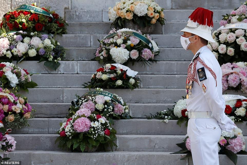 Plusieurs rangées de fleurs sont placées aux marches de la cathédrale de Monaco pour les funérailles de la baronne Elizabeth-Ann de Massy