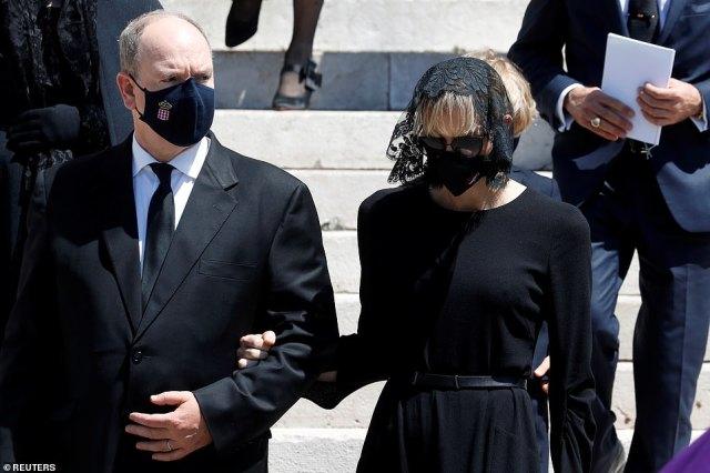La princesse Charlene portait un casque en dentelle avec sa robe à manches longues, tandis que son mari, le prince Albert, portait un élégant costume noir pour la sombre occasion