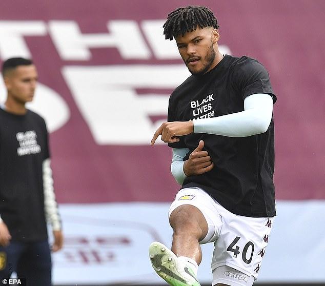 Le défenseur Tyrone Mings faisait partie d'une équipe de Villa qui portait des t-shirts symboliques lors de l'échauffement