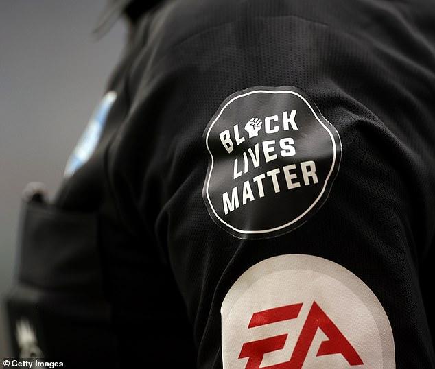 Les arbitres montrent également leur soutien en portant le logo Black Lives Matter sur leurs chemises