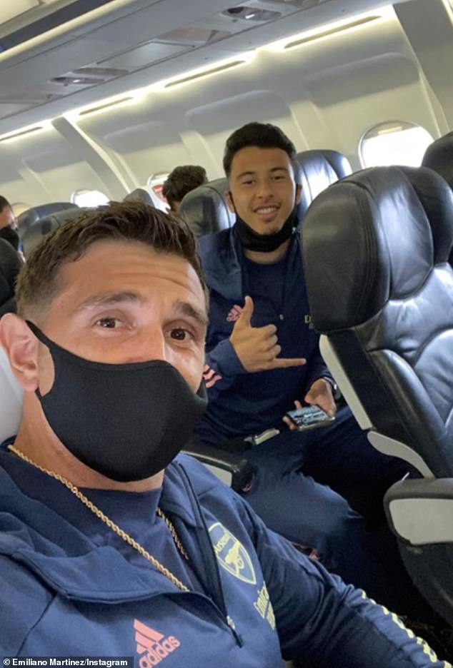 Goalkeeper Emiliano Martínez has posted this photo with Gabriel Martinelli on the flight to the north