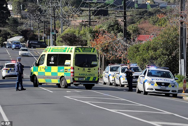 Une ambulance est vue sur les lieux du tournage de vendredi matin (photo) qui a secoué la communauté de Massey
