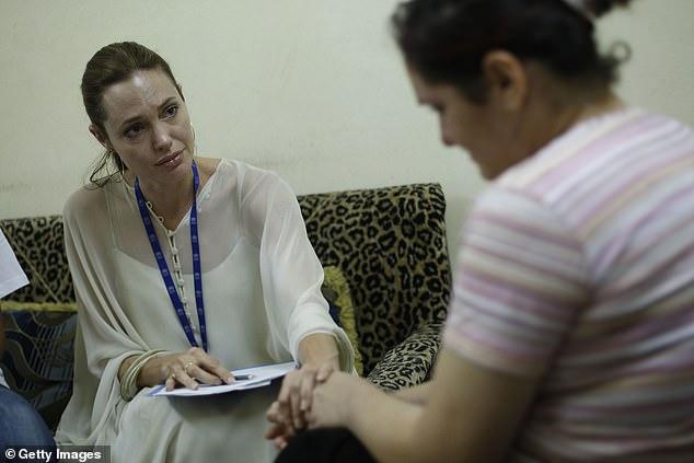 Doublé: Jolie s'est émerveillée du fait que `` le déplacement mondial a presque doublé depuis 2010 '' et que `` davantage de personnes sont obligées de quitter leur domicile à plus grande échelle dans plus d'endroits et à l'un des taux les plus rapides de mémoire d'homme '';  Angelina et une réfugiée irakienne photographiées en 2007