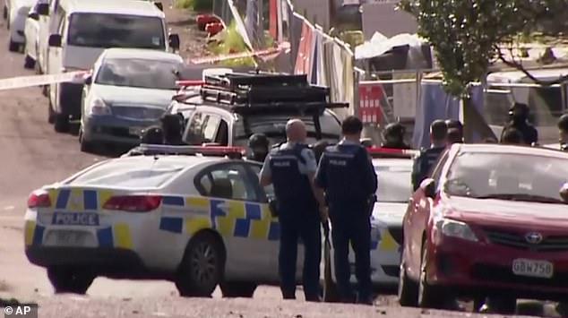 Des policiers sont vus sur les lieux de la fusillade à Auckland (photo), qui a fait un mort et un blessé grave un vendredi matin