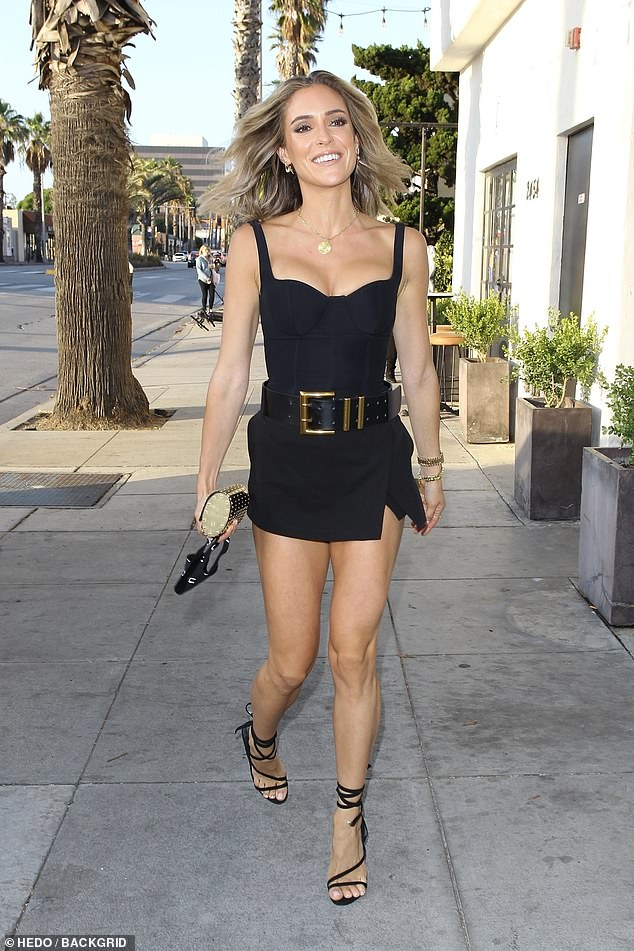 Beautiful: the star of the reality, and fashion designer, 33 years old, was amazing in a leotard and a skirt black with a great thick belt with her legs exposed