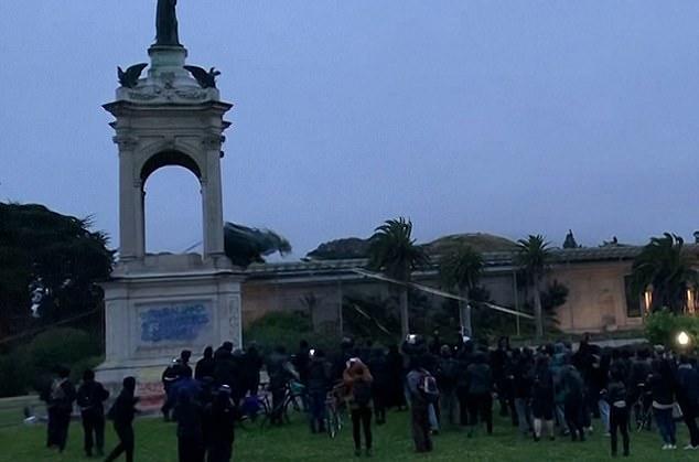抗議者たちは、金曜日にサンフランシスコでアメリカのスタースパングルバナーの作者であるフランシススコットキーの像を取り壊しました