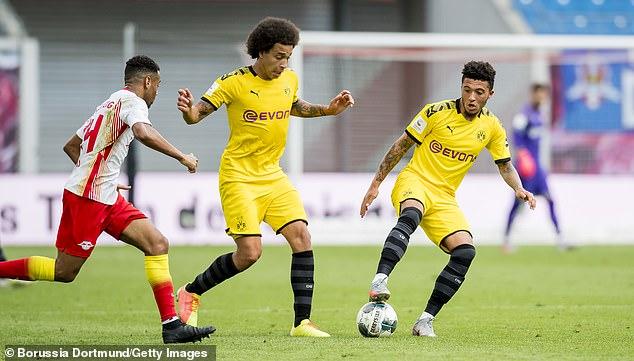 Manchester United ont longtemps mené la course pour signer £100m à cote de Sancho (à droite)