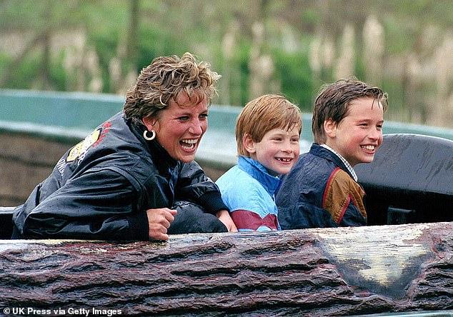 Le livre explore également les conflits qui émergent à la suite de la dynamique `` héritière et de rechange '' qui imprègne l'aristocratie britannique, et affirme que les `` graines de dommages ont été semées '' lorsque le mariage des parents de William et Harry s'est effondré.  Sur la photo: Harry et William enfants avec leur mère Diana à Thorpe Park