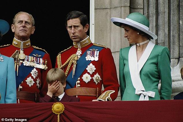 L'expert royal Camilla a déclaré que le prince William a pardonné à son père les `` erreurs du passé '' et qu'il `` s'est rendu compte que Charles avait autant d'influence positive que Diana ''.  Sur la photo: le prince Philip, le prince Charles, Diana et le prince William sur le balcon du palais de Buckingham en juin 1988