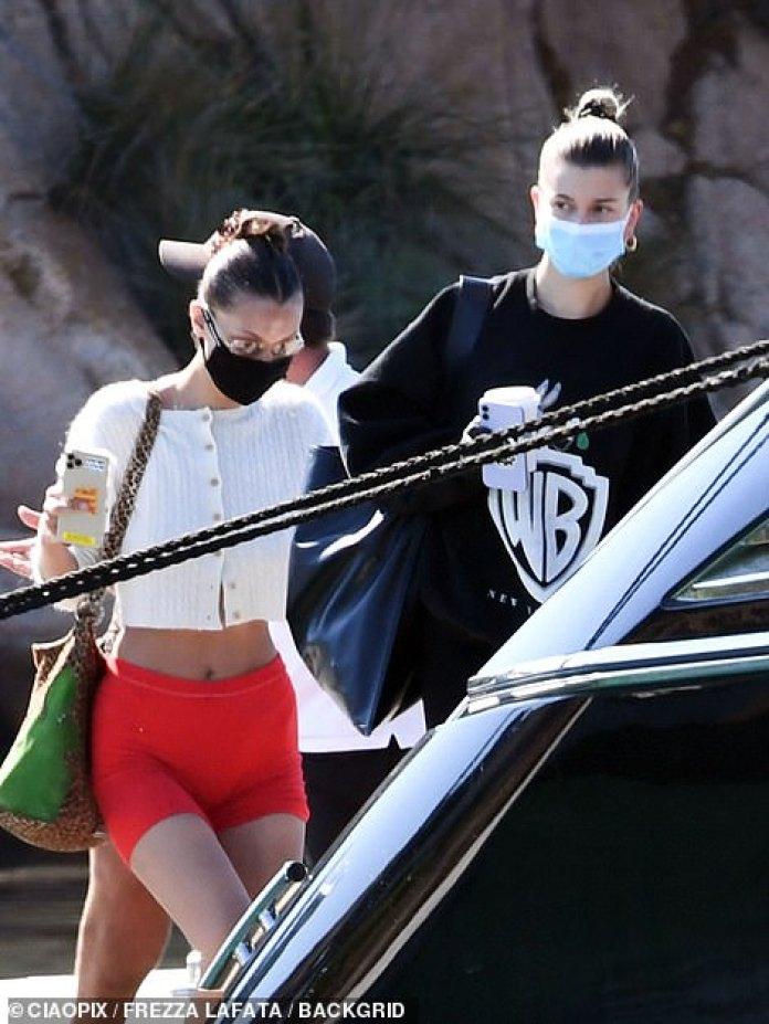 Vestido informal: Hailey se puso una sudadera de Warner Bros.