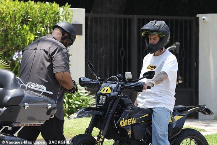 Ponga en marcha su motor: la superestrella del pop, de 26 años, se encontró con su guardaespaldas y al final de su camino de entrada y se fue