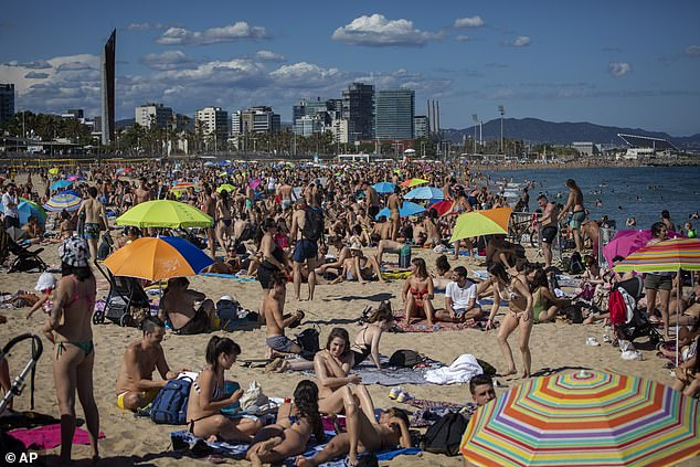 Crowds crowd the beach in hot weather in Barcelona, ​​Spain on June 13