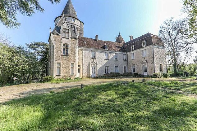 This magnificent place near Châteauroux, Indre, in the center of France is now £ 677,000 (against £ 900,000 last year) after a price drop of 25%.