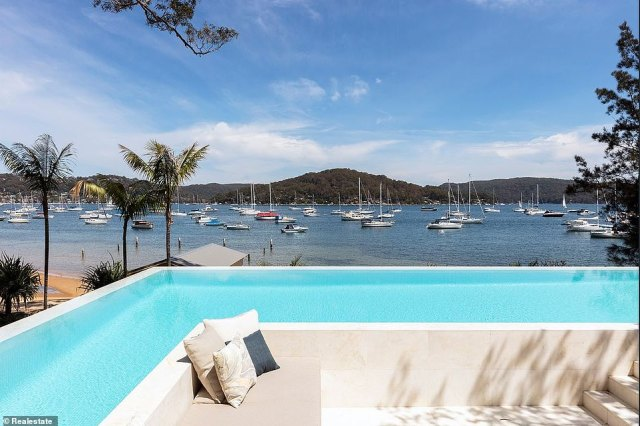 Summer fun: outside there is an outdoor dining area, a bar, a pizza oven, a barbecue, a sunken lounge, a boathouse, a pier and an infinity pool in L