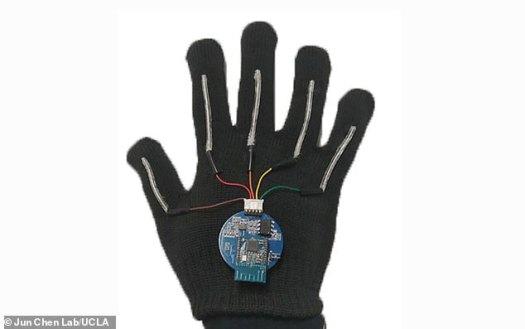 Le système comprend des gants avec des capteurs minces et extensibles qui parcourent la longueur de chacun des cinq doigts jusqu'à une puce de la taille d'une pièce