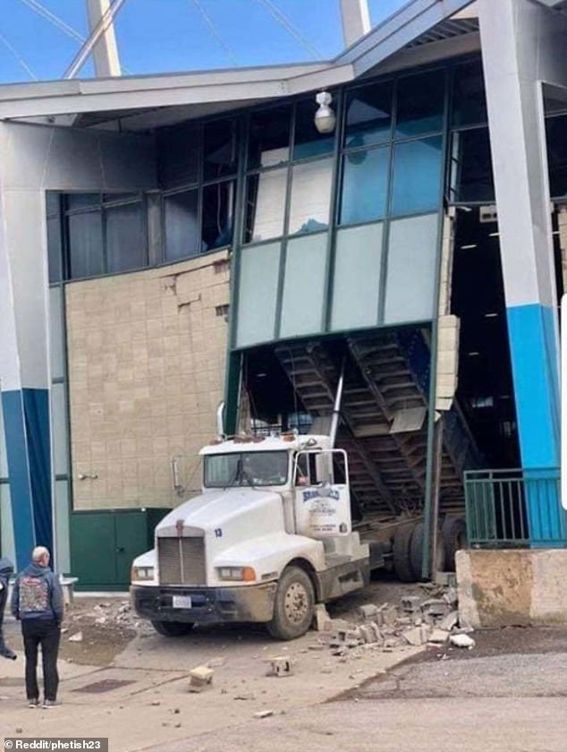 Look behind you! A lorry driver, thought to be in America, forgot to raise the back end of their truck and ended up crashing into a building