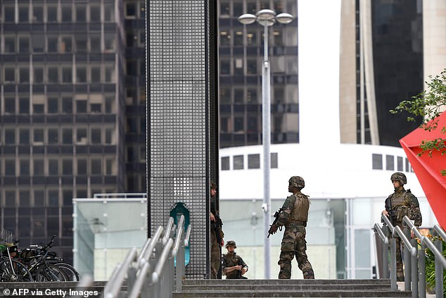Soldiers have also been photographed in the process of mounting the guard in the business district is very animated, which was completely cordoned off while police carried out a search