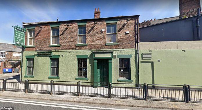 Malgré l'ouverture de centaines de pubs à travers le pays, certains publicains de Tyneside ont décidé de ne pas ouvrir ce week-end, affirmant qu'ils ne sont pas encore prêts à fonctionner en toute sécurité. Sur la photo: les aumôniers de Sunderland resteront fermés