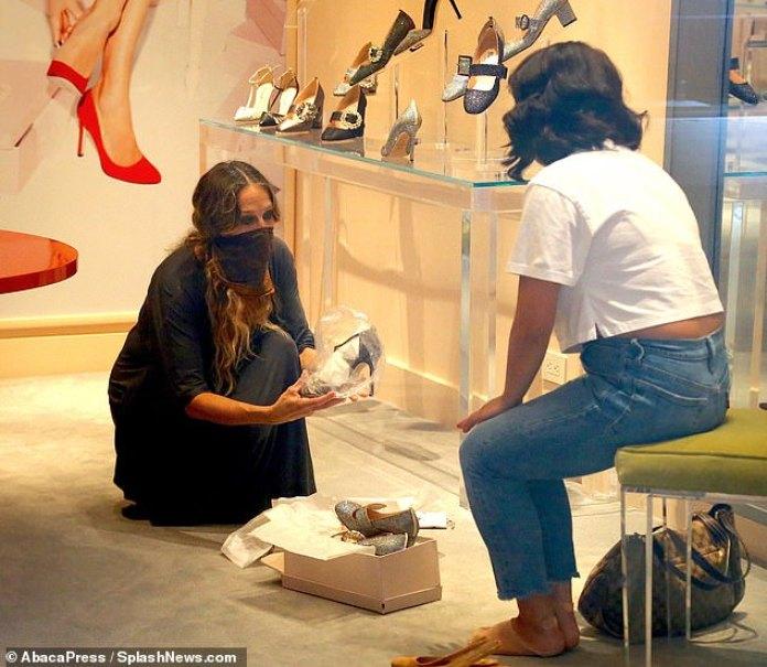 Parte del equipo: la estrella del Divorcio también fue vista entrando y operando en la tienda e incluso ayudando a los fanáticos y compradores a elegir los tamaños correctos para sus pies