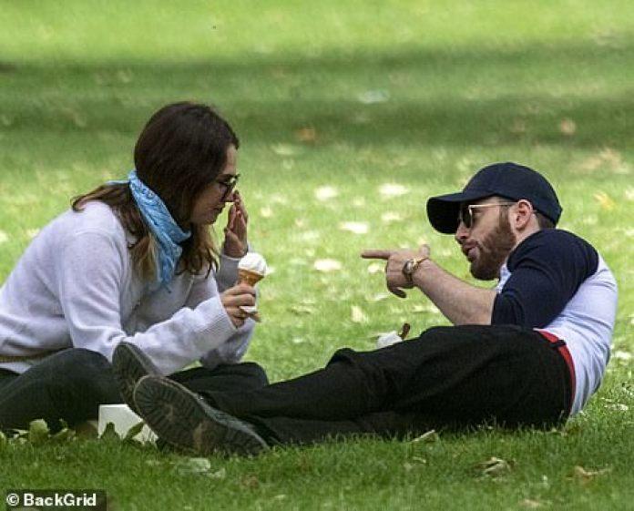 Escuchando atentamente: Lily parecía estar absorta en la historia que Chris le estaba contando.