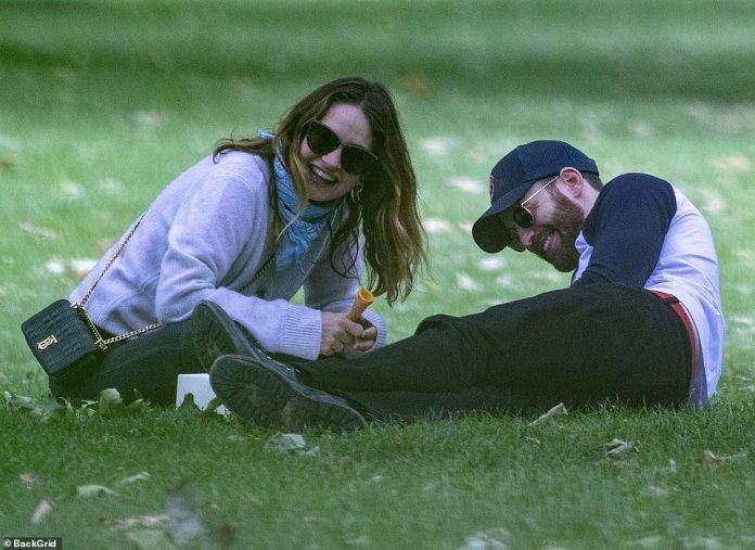 En la histeria: se podía ver a Lily y Chris riendo a carcajadas durante su conversación.