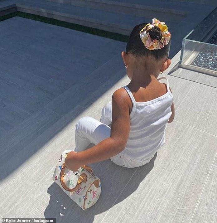 Sin impresionarse: Kylie Jenner, de 22 años, ha sido criticada por los fanáticos en las redes sociales por comprarle a su hija Stormi, de 2 años, una mini bolsa Louis Vuitton